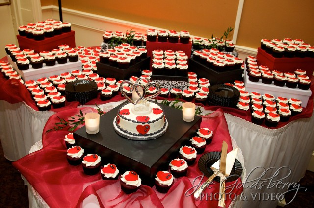 Stephanie & Dan gave their guests a great surprise by surrounding a smaller cake with cupckaes at their wedding.